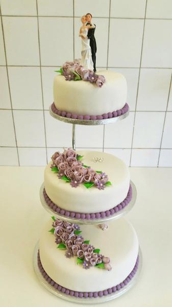 Bryllupskake med lavendelfarget roser