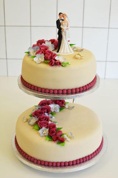 Kake med burgunder røde roser