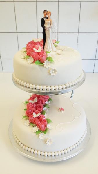 bryllupskake hvit med rosa roser600_400